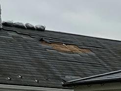 屋根瓦が破損している